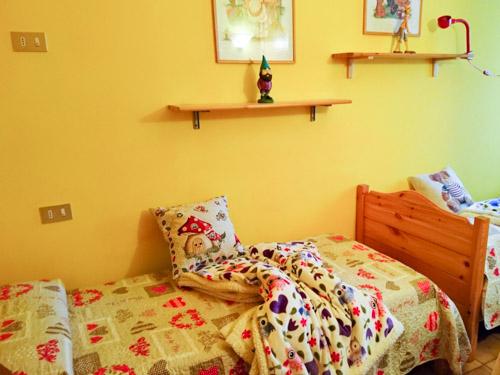 camera letti singoli appartamento gnoma fragolina