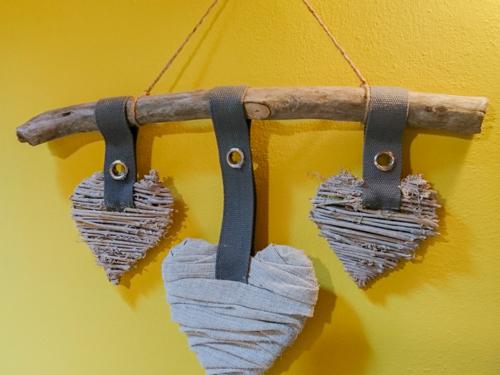 decorazione con cuori in legno